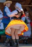 Jonge Poolse dansers in traditioneel kostuum stock afbeeldingen