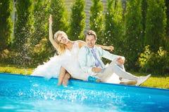 Jonge poolside royalty-vrije stock fotografie