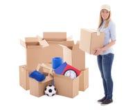 Jonge postdie de holdings carboard doos van de leveringsvrouw op wit wordt geïsoleerd Royalty-vrije Stock Fotografie