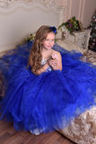 Jonge prinses in een blauwe avondjurk royalty-vrije stock afbeelding