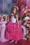 Jonge prinses onder de bloemen Stock Afbeeldingen