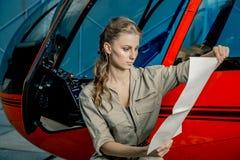 Jonge proef of mechanische de lezingskaart van de vrouwenhelikopter Helikopterneerstorting royalty-vrije stock foto