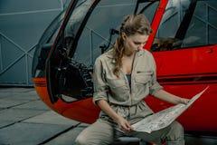 Jonge proef of mechanische de lezingskaart van de vrouwenhelikopter Helikopterneerstorting royalty-vrije stock foto's