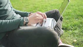 Jonge professionele bedrijfsmens collectieve informatie analyseren en gegevens die zijn computer en mobiele smatrphone gebruiken stock videobeelden