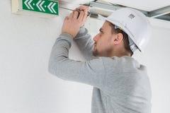 Jonge professionele elektricien aan het werk in de bouw royalty-vrije stock afbeelding