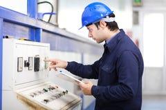 Jonge professionele elektricien op het werk Stock Foto