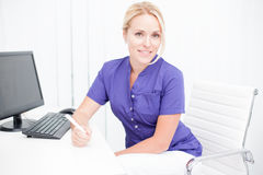 Jonge professionele vrouwelijke arts Stock Afbeeldingen