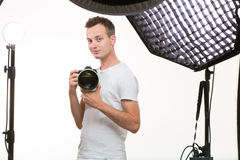 Jonge profotograaf met digitale camera - DSLR Royalty-vrije Stock Foto's