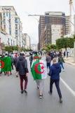 Jonge protesteerders in de straten van Algiers stock afbeeldingen