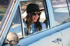 Jonge punkvrouw met autoproblemen Royalty-vrije Stock Foto's