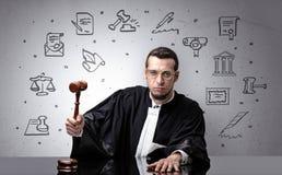 Jonge rechter met hof rond symbolen royalty-vrije stock fotografie