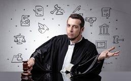 Jonge rechter met hof rond symbolen royalty-vrije stock foto's
