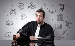 Jonge rechter met hof rond symbolen stock afbeelding