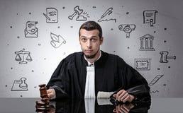 Jonge rechter met hof rond symbolen stock fotografie