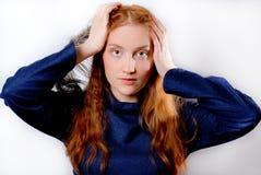 Jonge redhaired vrouw die haar hoofd houdt Stock Afbeeldingen