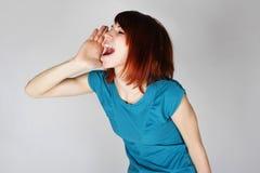 Jonge redhead vrouw die iemand roept Royalty-vrije Stock Afbeeldingen