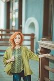 Jonge redhead vrouw in openlucht Stock Afbeeldingen