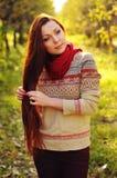 Jonge redheaded vrouw met lang recht haar in de appel garde Stock Foto's