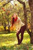 Jonge redheaded vrouw met lang recht haar in de appel garde Royalty-vrije Stock Foto