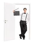 Jonge regisseur die op een open deur leunen Royalty-vrije Stock Afbeelding