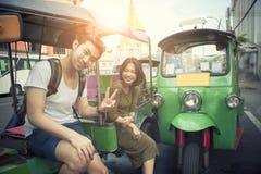 Jonge reizende man en vrouwenzitting op tuk tuk binnenlandse vehicl Stock Fotografie