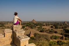 Jonge reiziger die van het bekijken zonsondergang op Bagan, Myanmar Azië genieten stock foto