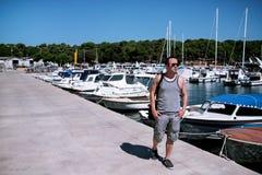 Jonge reizigersgang door haven en de afstand te onderzoeken Stock Fotografie