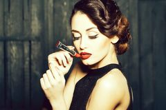 Jonge retro vrouw met lipgloss stock fotografie