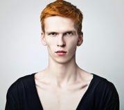 Jonge rode haired mens op lichte achtergrond. royalty-vrije stock afbeelding