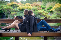 Jonge romantische paarzitting in de handen van de parkholding Royalty-vrije Stock Afbeelding