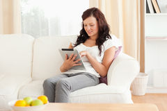 Jonge roodharige vrouw die een tablet houdt Royalty-vrije Stock Afbeelding