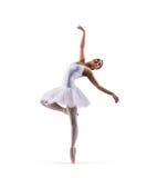 Jonge roodharige vrouwelijke die balletdanser op wit wordt geïsoleerd Royalty-vrije Stock Foto
