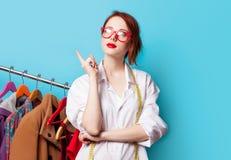Jonge roodharigeontwerper met metrisch en kleren royalty-vrije stock afbeelding