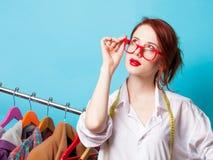 Jonge roodharigeontwerper met metrisch en kleren royalty-vrije stock foto