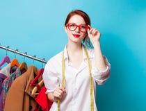Jonge roodharigeontwerper met metrisch en kleren royalty-vrije stock foto's