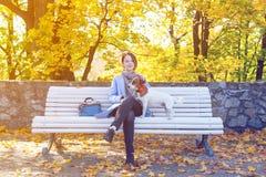 Jonge roodharigevrouw in blauwe kleding met huisdier Stock Afbeelding