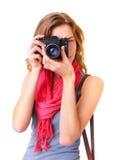Jonge roodharigevrouw die door beeldzoeker kijken Stock Foto