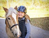 Jonge ruiter met paard stock afbeelding