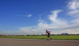 Jonge schaatserjongen die op rolschaatsen berijdt Stock Afbeelding