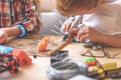 Jonge scheppers die zorgvuldig in workshop werken Stock Foto