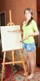 Jonge schilder dichtbij schildersezel Stock Foto