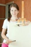 Jonge schilder dichtbij schildersezel Stock Foto's