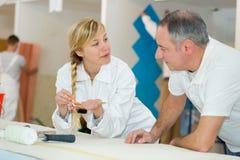 Jonge schilder en decorateurleerling stock foto