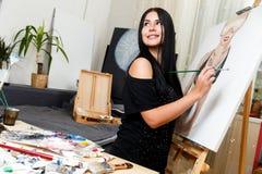 Jonge schilder in lange kleding Stock Afbeeldingen