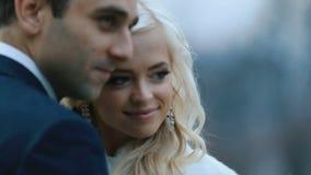 Jonge schitterende bruid en bruidegom die teder dicht omhoog kussen Adembenemend ogenblik van zuivere liefde stock videobeelden