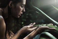 Jonge schoonheid die perls bekijkt stock fotografie