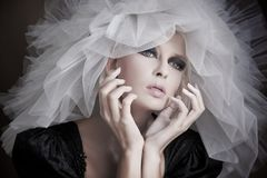 jonge schoonheid die witte hoed draagt Stock Fotografie