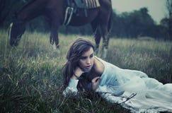 Jonge schoonheid op het gras Royalty-vrije Stock Fotografie
