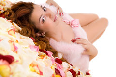 Jonge schoonheidsvrouw die op bloemblaadje ligt Royalty-vrije Stock Foto's