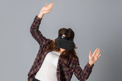 Jonge schoonheidsvrouw in virtuele werkelijkheidshelm Royalty-vrije Stock Fotografie